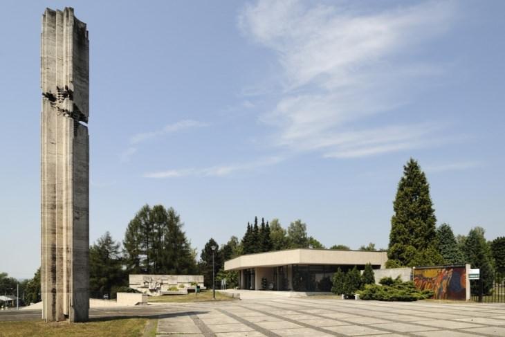 Vstupní prostor hřbitova se stélou a dekorativní zdí Vladislava Gajdy a mozaikou Miry Haberernové-Trančíkové (foto Roman Polášek, 2015).