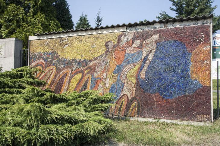Mozaika Odchod od slovenské autory Miry Haberernové-Trančíkové (foto Jakub Ivánek, 2015, před opravou mozaiky).