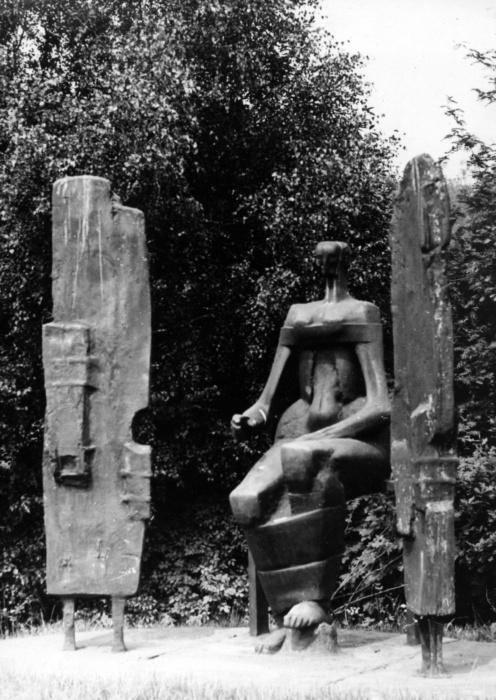 Plastika Smrti od Jiřího Babíčka (1964-1970) na fotografii asi z 80. let 20. století (Archiv města Ostravy).