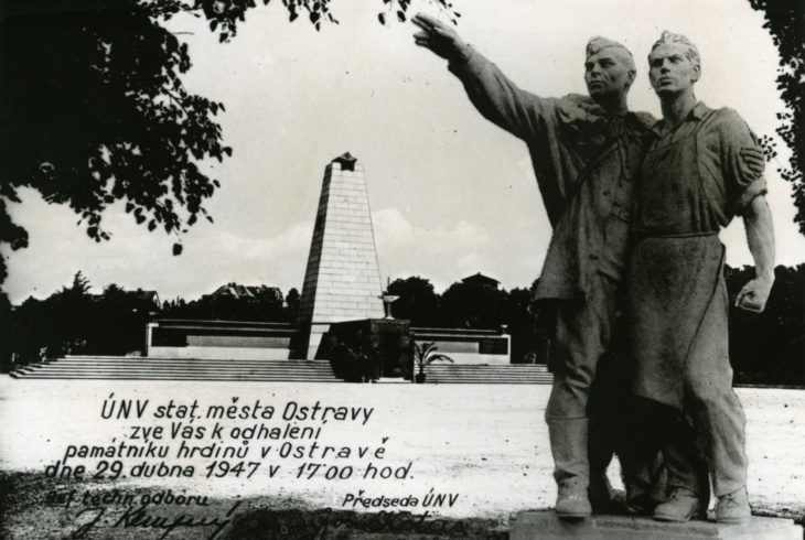 Pozvánka na slavnostní odhalení Památníku hrdinů s modelem sousoší a památníkem ještě bez plastiky v pozadí (Archiv města Ostravy)