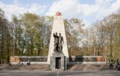 Karel Vávra – Konrád Babraj – Jan Jírovec: Památník hrdinů, 1945–47