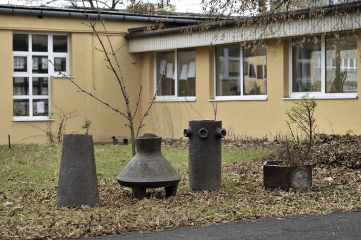 Keramické žardiniéry Pavla Hanzelky na dvoře školy.