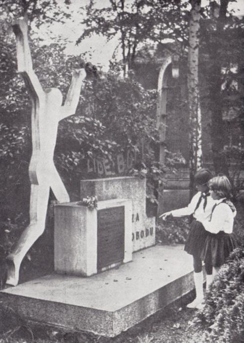 Pomník padlých zaměstnanců Urxových závodů (z knihy BŘEZINA, Vlastimil aj. 70 let Urxových závodů v Ostravě. 1892–1962)