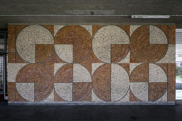 Jan Václavík: detail geometrické mozaiky na kolejích VŠB (foto Roman Polášek)