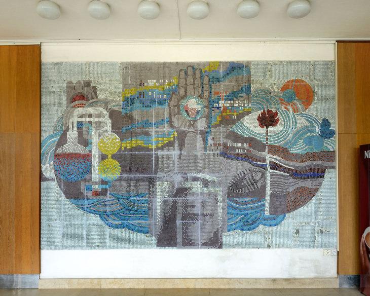 Karel Říhovský: Věda a praxe, mozaika ve vstupní hale knihovny VŠB, realizace 1988, osazeno 1990 (foto Roman Polášek)