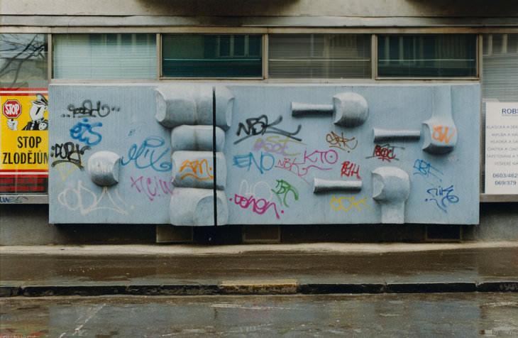 Střelci před zničením na konci 90. let 20. století (modrý nátěr získal reliéf již v roce 1969, barevné graffiti až po zásazích sprejerů v 90. letech (foto Hana Číhalová pro Galerii výtvarného umění v Ostravě)