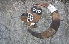 Pavel Hanzelka: detail sovy s měsícem na dekorativní stěny u MŠ Klegova v Hrabůvce, 1969 (foto Jakub Ivánek)