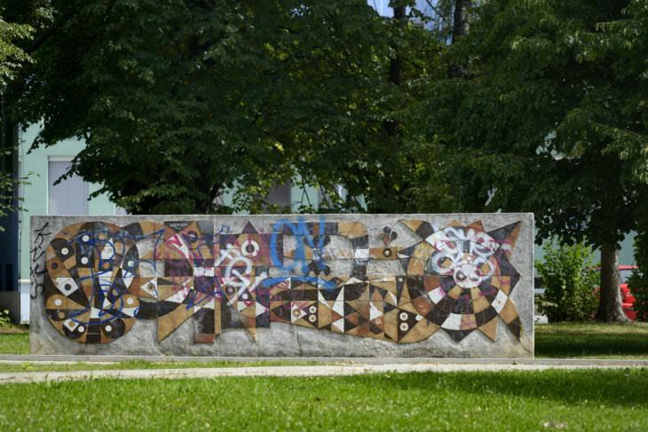 Pavel Hanzelka: dekorativní stěna s přírodními motivy za poliklinikou v Porubě, 1970, současný stav (foto Roman Polášek)
