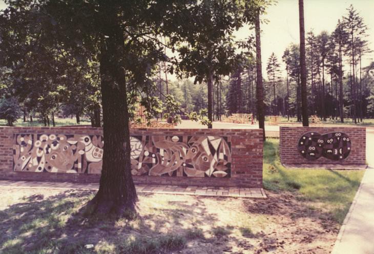 Pavel Hanzelka (dekorativní stěny) a Otakar Schindler (experimentální dřevěné dětské hřiště), Bělský les, 1973 (foto z pozůstalosti Pavla Hanzelky)