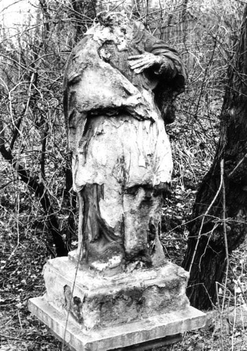 Poškozená socha sv. Jana Nepomuckého ve Slezské Ostravě před sejmutím (foto Hana Kunzová, Archiv města Ostravy)