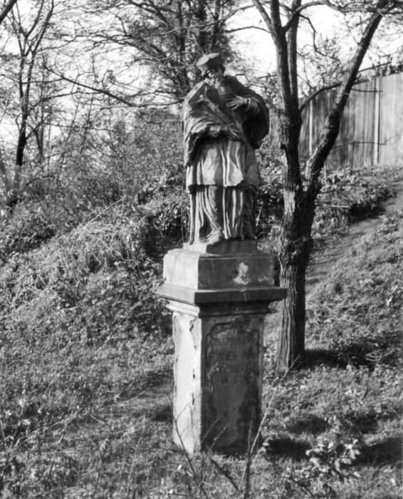 Socha sv. Jana Nepomuckého ve Slezské Ostravě na stanovišti u mostu (foto Květoslav Kubala (?), Archiv města Ostravy)