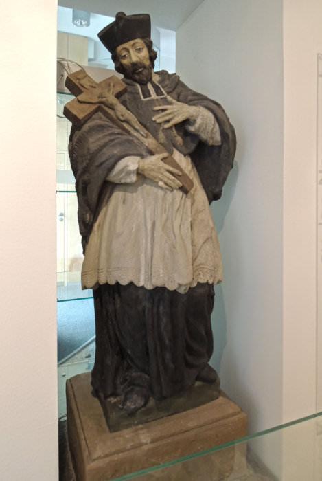 Socha sv. Jana Nepomuckého ve Slezské Ostravě na svém dnešním místě ve Slezskoostravské radnici (foto Jakub Ivánek)