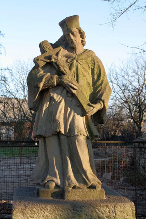 Weissmannové (dílna): Sv. Jan Nepomucký před kostelem v Třebovicích, původně u Svinovského mostu, 1756–1764 (foto Jakub Ivánek)