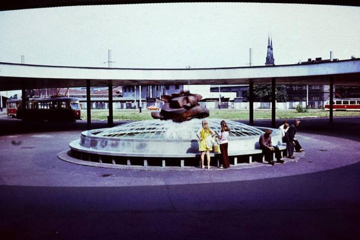 Fungující fontána před Hlavním nádražím na staré fotografii neznámého autora (zveřejněno na Facebooku Zapomenuté Ostravy).
