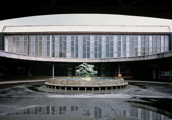 Sylva Lacinová: Květ růže (?), Hlavní nádraží v Přívoze, 1973–74 (foto Roman Polášek).