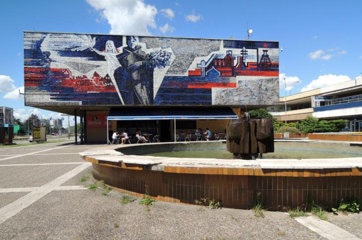 Funkční Mikulova fontána s  okolním prostředím obchodního domu a mozaikou Vítání osvoboditele (foto Jakub Ivánek, 2016)