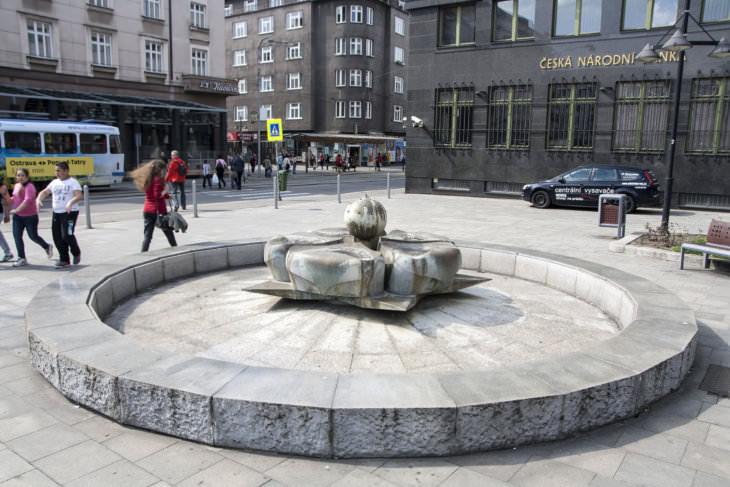 Vladislav Gajda: kašna s heraldickou růží na současném umístění na náměstí Edvarda Beneše, 1975–1976 (foto Jakub Ivánek, 2015)