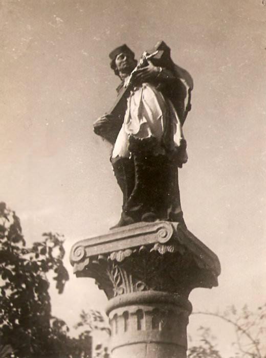 Fotografie sochy sv. Jana Nepomuckého v Hrušově z farní kroniky dokládá její někdejší barevnou polychromii.