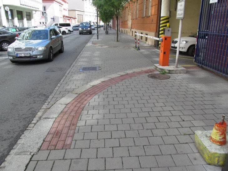 ul. Tyršova – jedná se o místo pro přecházení nebo jsou jen varovnými pásy vyznačeny snížené obruby a vstupy z chodníku do prostoru, kde se pohybují vozidla?