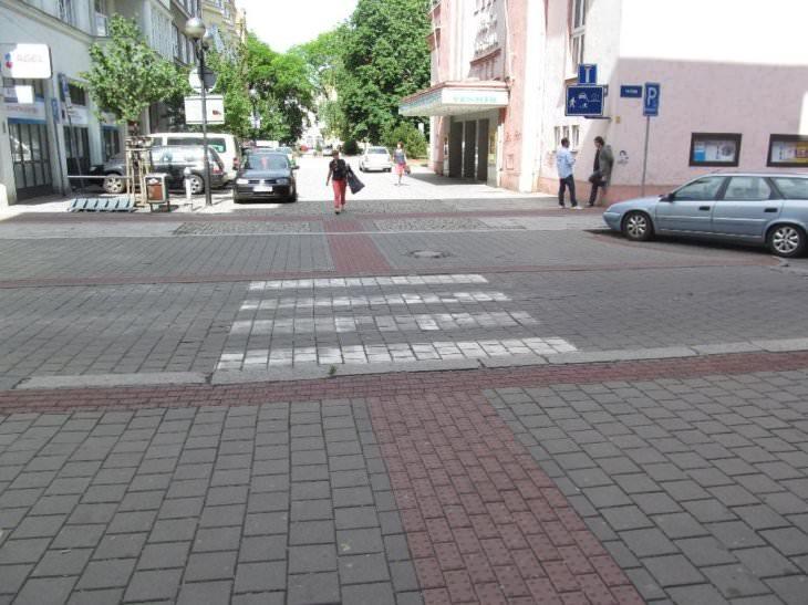 """ul. Tyršova – signální pás spojený s varovným pásem pro nevidomé znamená vyznačený přechod pro chodce, osa signálního pásu vede nevidomého kolmo na osu vozovky a směřuje na protější signální pás, po kterém """"dojde"""" k přirozené vodící linii"""