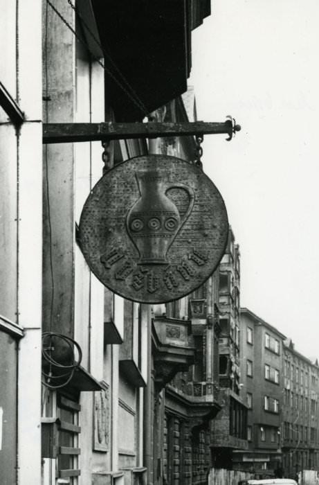 Drahoslav Beran: vývěsní štít restaurace U džbánu, 1970 (foto Archiv města Ostravy)